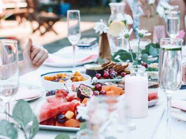 餐桌禮儀論東西